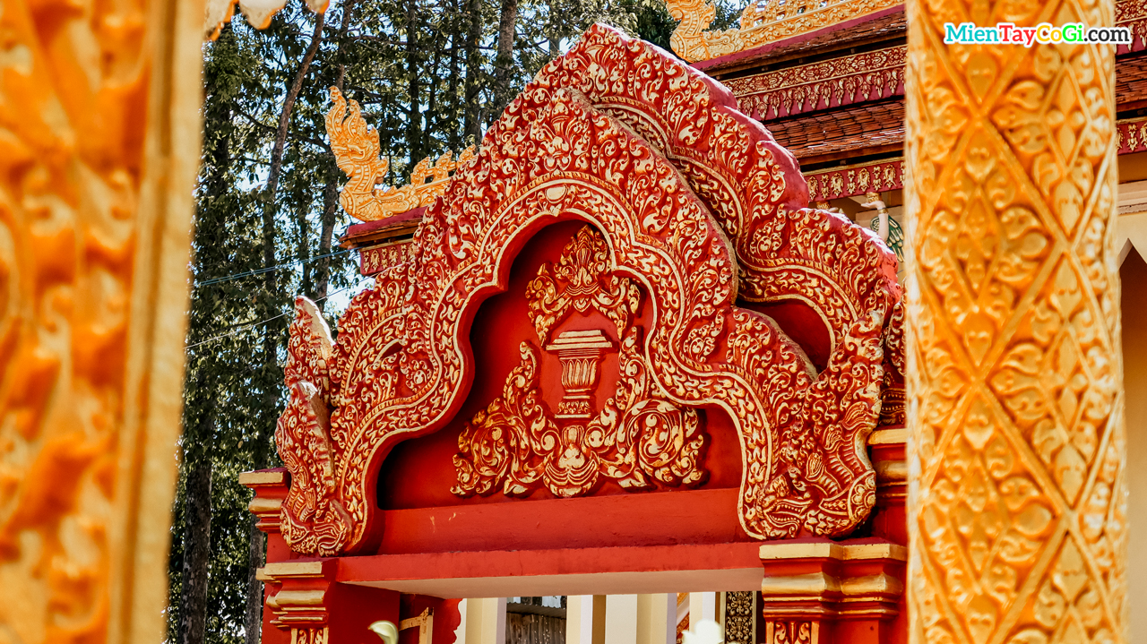 Những đường chạm trổ tinh tế ở chùa Pothisomron