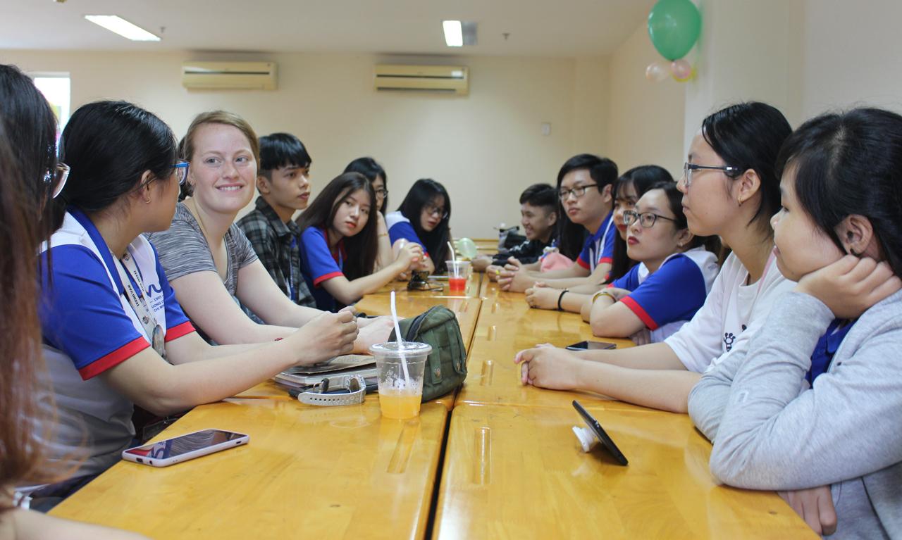 Sinh viên HVUH thảo luận cùng giáo viên nước ngoài