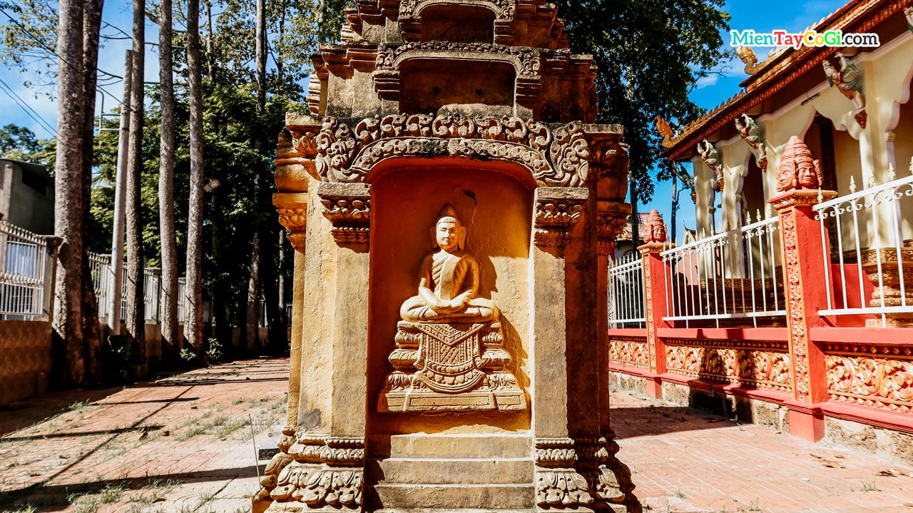 Tượng Phật khắc nổi ở tháp cốt