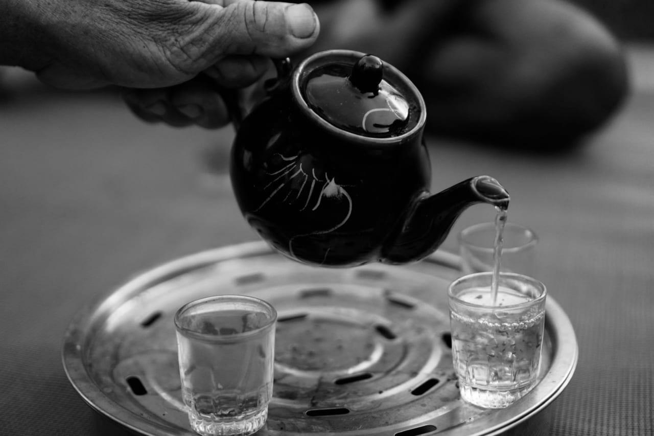 Tác và chén trà của người miền Tây thường để trên 1 khay trà nhiều lỗ