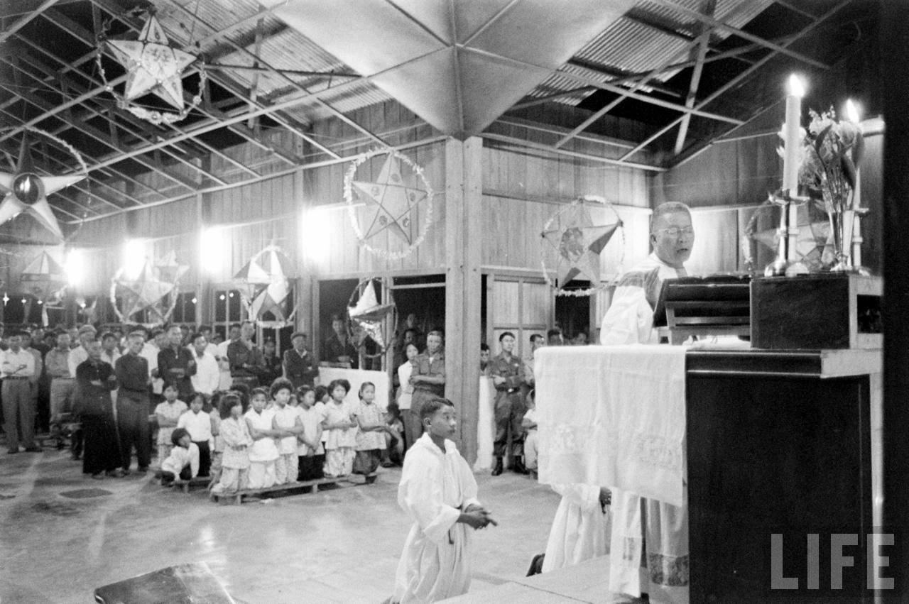 Tổ chức lễ tang tại nhà thờ Cà Mau năm 1962 - ảnh chụp Howard Sochurek