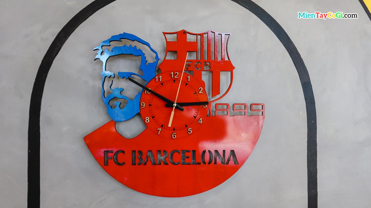 Trang trí lạ m ắt với nhiều đồng hồ cùng logo clb bóng đá khác nhau