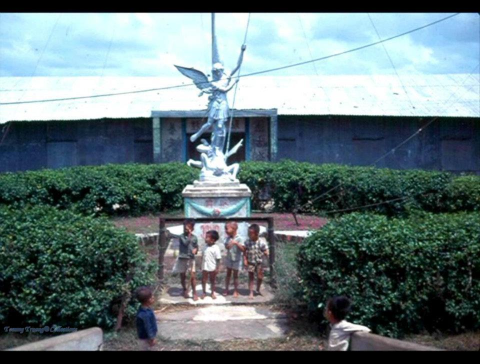 Trẻ nhỏ ở Cà Mau chụp hình dưới tượng thánh Micheal ở làng Bình Hưng - Cái Nước - Cà Mau 1960 - ảnh chụp bởi Ricerocket