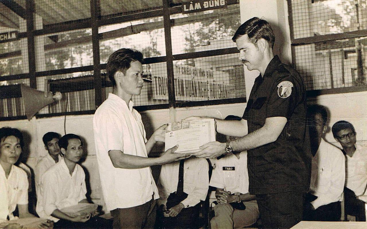 Lễ tốt nghiệp chương trình Chiêu Hồi tại thị xã Trà Vinh tỉnh Vĩnh Bình tháng 7 năm 1969 - Ảnh Michael Hacker