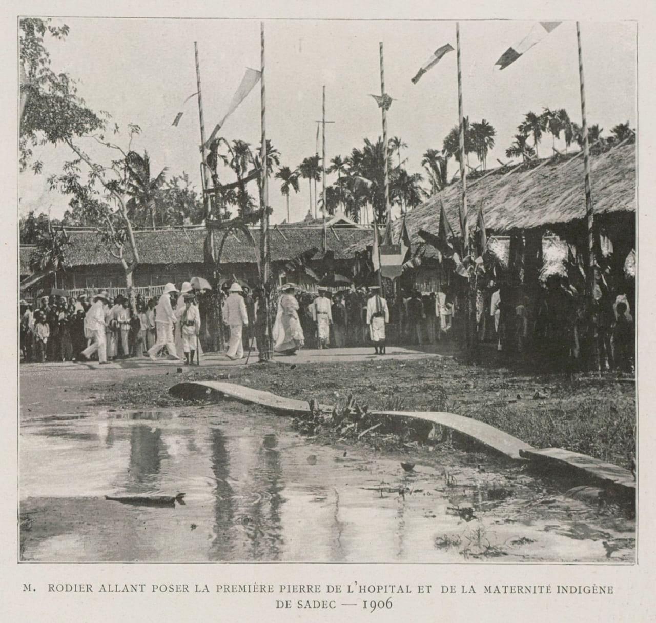 Ông Rodier Den đặt viên đá đầu tiên xây dựng bệnh viện và bảo sanh viện cho người bản xứ ở Sa Đéc năm 1906