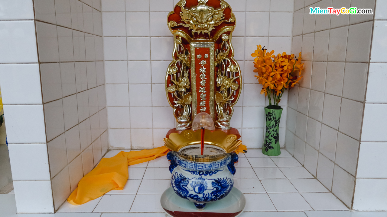 Bài vị thờ khắc chữ Hán nằm đối diện Chánh điện và sàn tiên trưởng