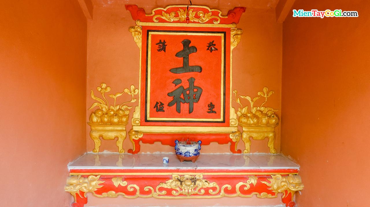 Bài vị thờ ghi chữ Thổ Thần trong miếu thờ