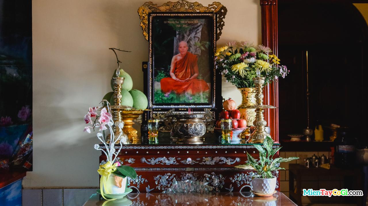 Bàn thờ cố Thượng tọa Trụ trì Thích Ngọc Bửu ở Chánh điện