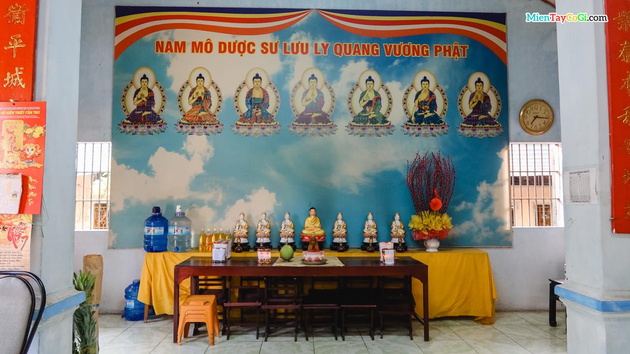 Bàn thờ Dược Sư nằm trong Chánh Điện