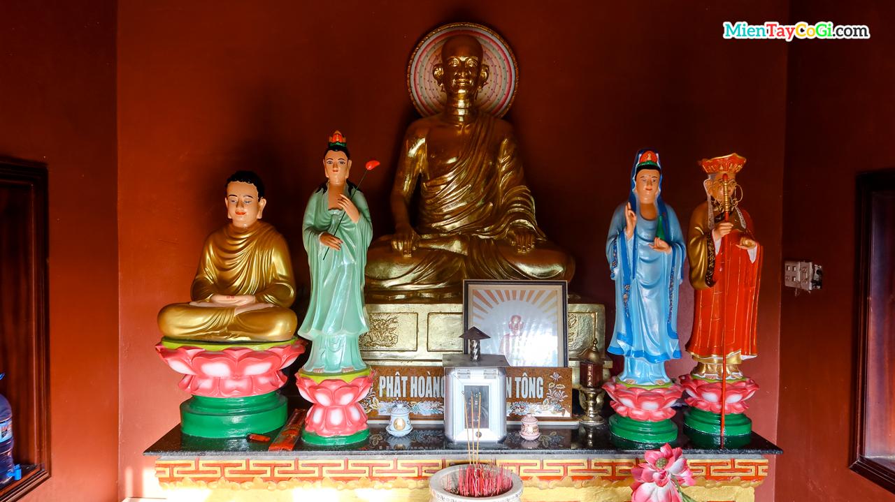 Bàn thờ Phật hoàng Trần Nhân Tông của chùa Quang Xuân