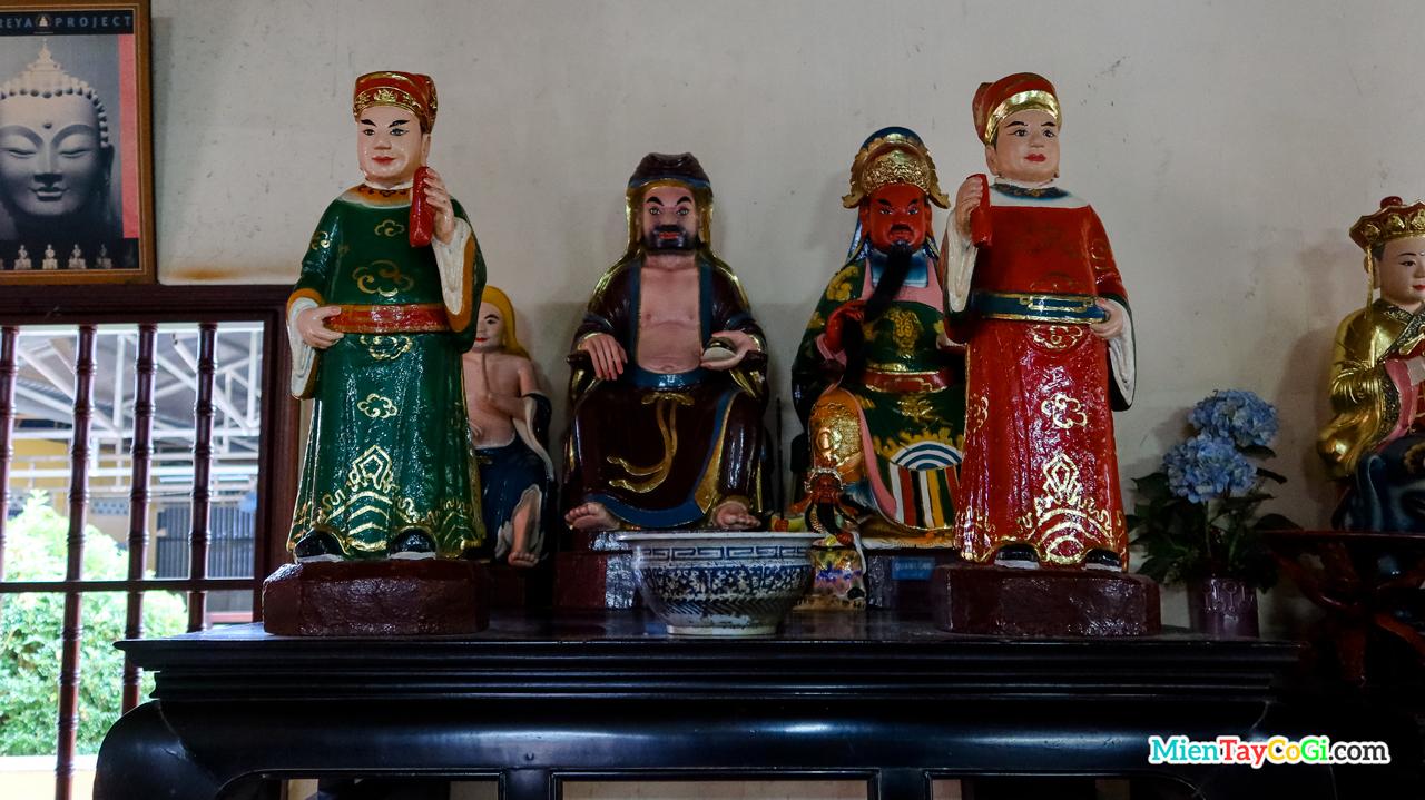 Bàn thờ Tổ sự Đạt Ma và Quan Công trong chùa
