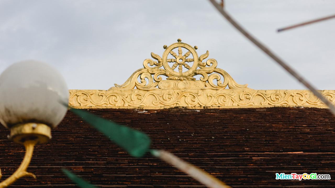 Bánh xe pháp luân điêu khắc trên nóc Hậu Liêu chùa Hiệp Minh - Cần Thơ