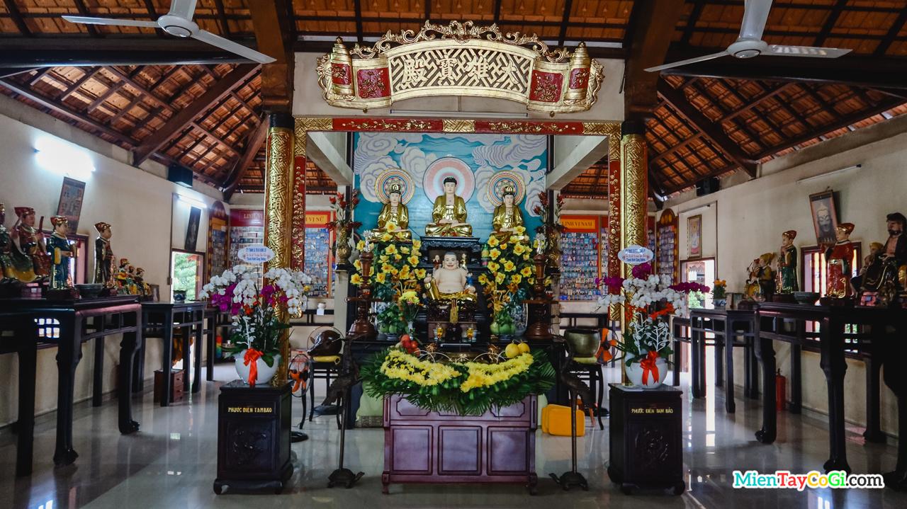Bên trong Chánh điện chùa Long Quang Cổ Tự