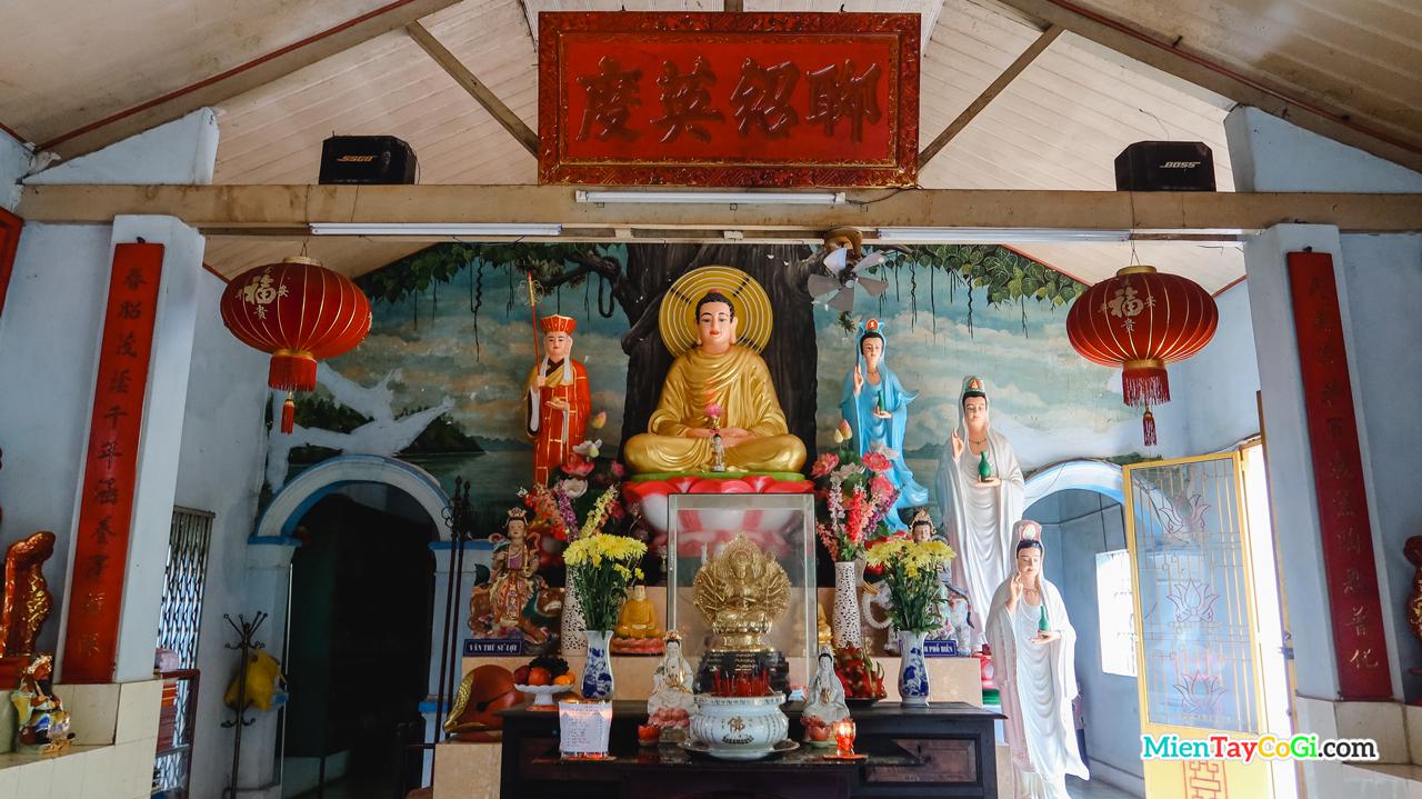 Bên trong Chánh điện chùa Quang Xuân