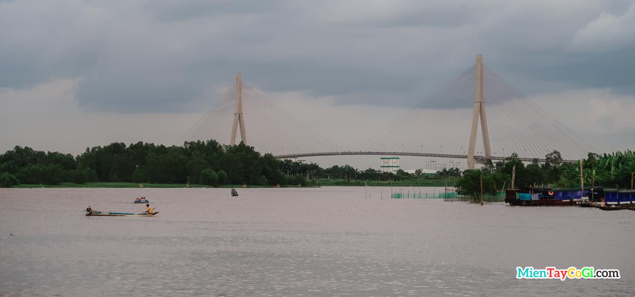 Cầu Cần Thơ buổi sáng nhìn từ bến Ninh Kiều