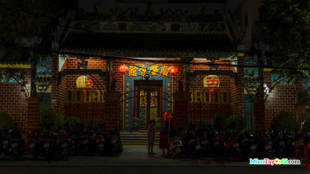 Chùa Ông ở bến Ninh Kiều về đêm