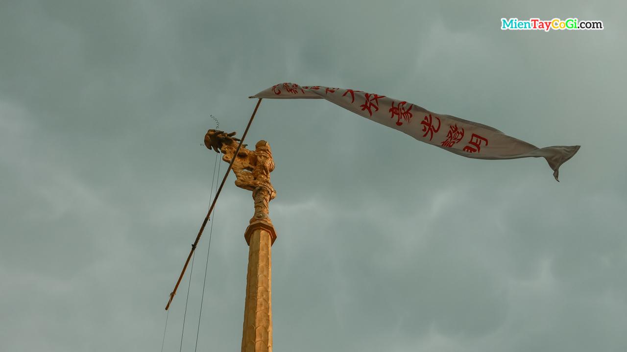 Cột phướn Đàn Tiên Cái Khế điêu khắc đầu rồng và treo cờ phướn ở trên