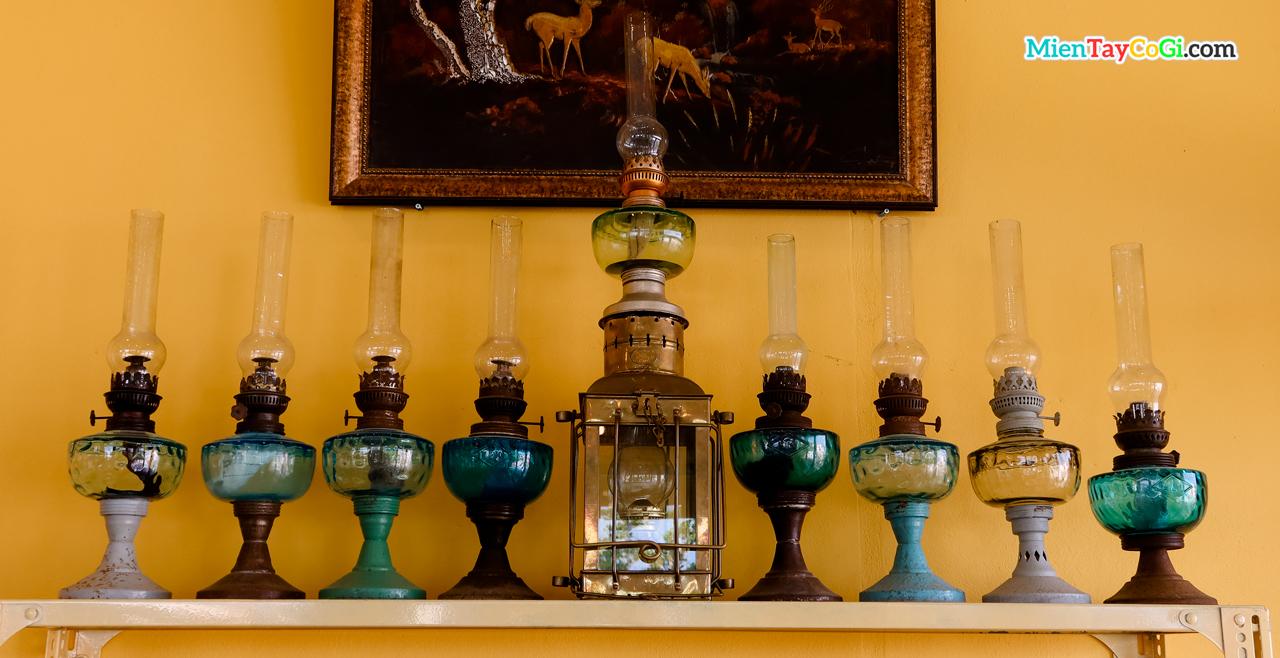 Đèn dầu kiểu xưa được trưng bày trên kệ tủ