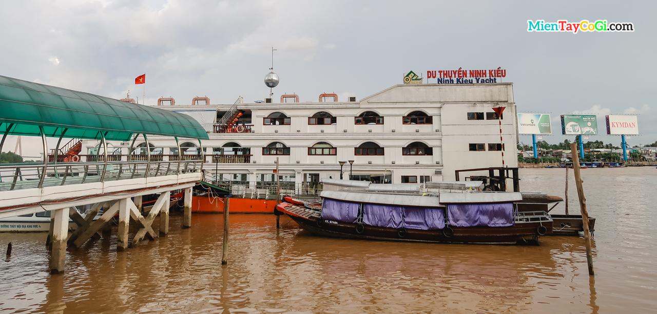 Du thuyền Ninh Kiều neo đậu tại bến Ninh Kiều vào buổi sáng