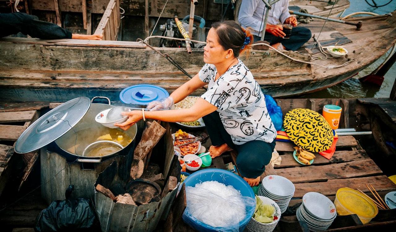 Ghe bún tại chợ nổi Long Xuyên