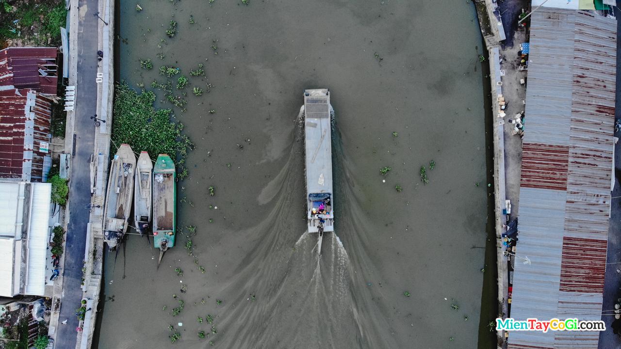 Ghe lớn chạy ngang qua sông Long Mỹ