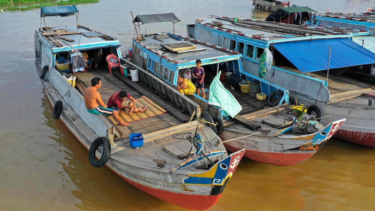 Ghe thuyền neo đậu tại chợ nổi