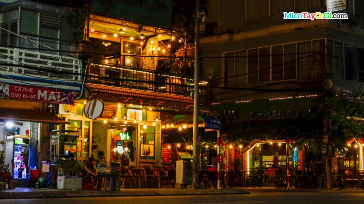 Góc đường nhìn ra quán bar Viva bến Ninh Kiều