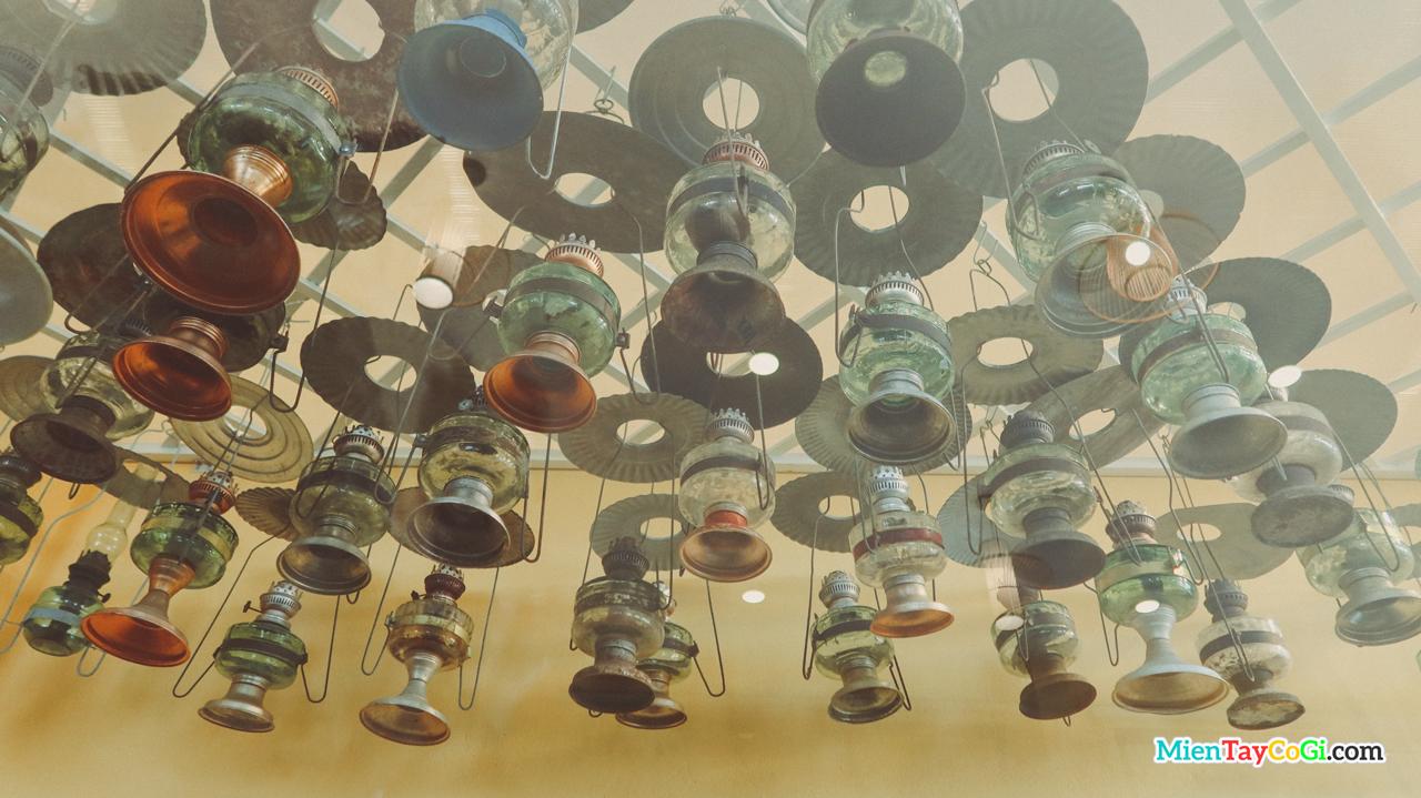 Hàng trăm cây dèn dầu được treo trên trần nhà ở Cà Phê Cổ Ngoạn Cần Thơ