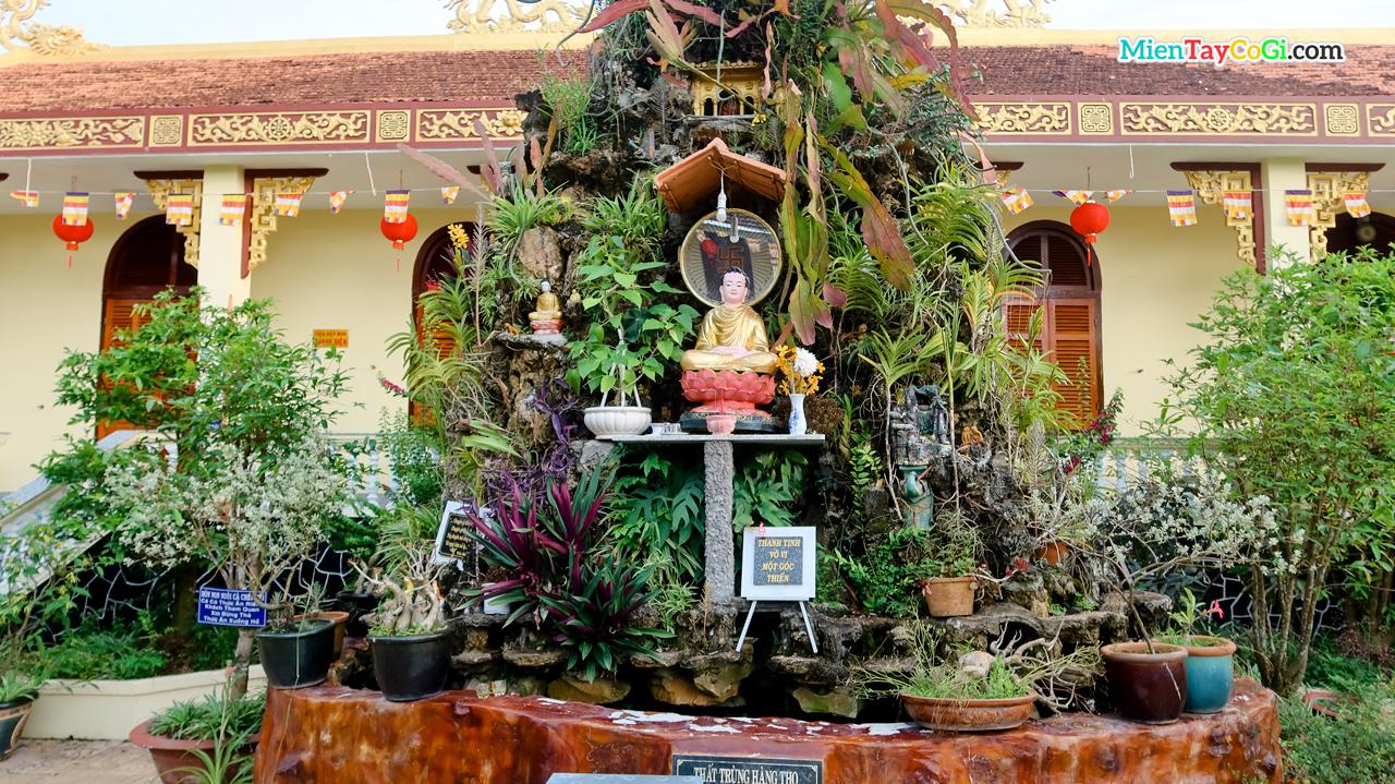 Hòn non bộ đặt trước chùa Hiệp Minh