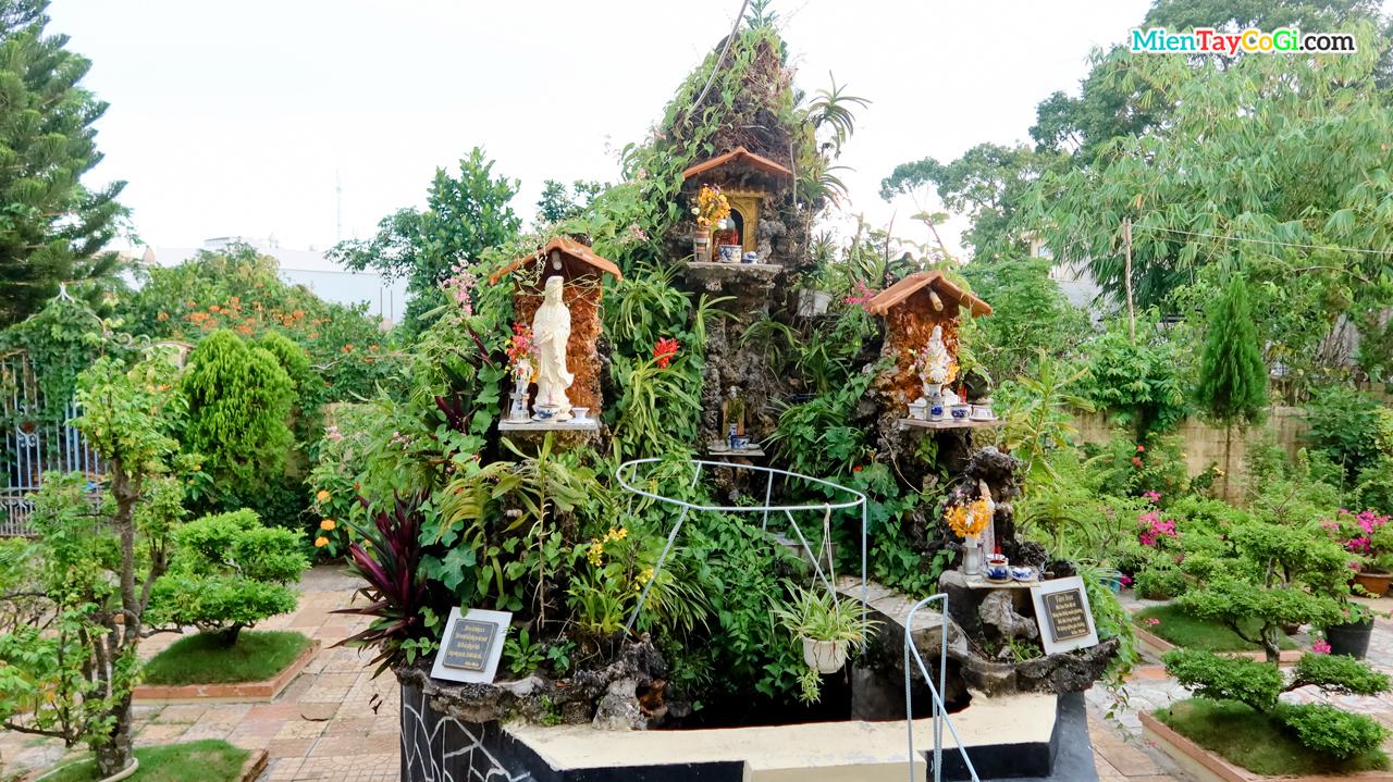 Hòn non bộ khác nằm phía sau vườn Chánh Điện