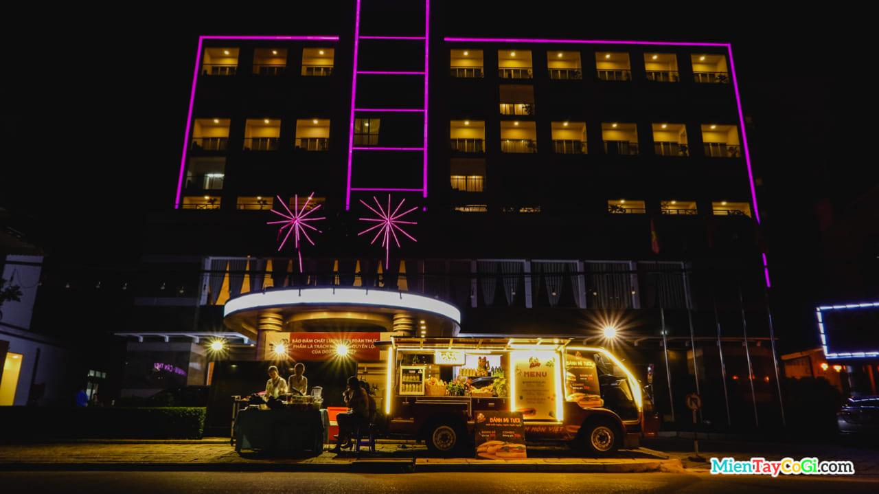 Khách sạn TTC ở bến Ninh Kiều