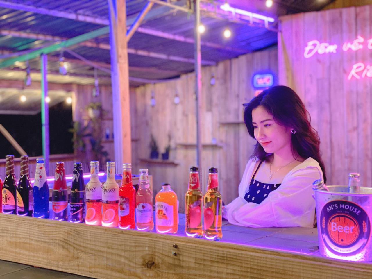Không gian chụp hình vintage của tiệm tại kdc Hưng Phú
