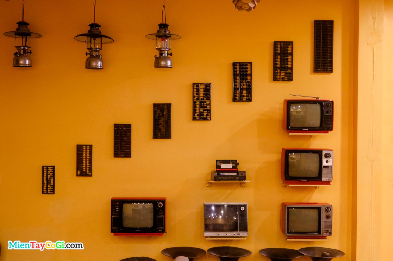 Không gian lạ lẫm với tivi, đèn cổ và cả bàn tính tiền cổ ốp lên tường