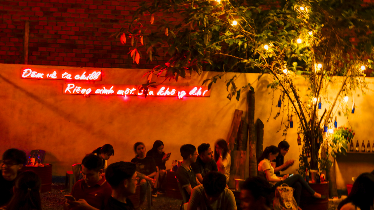 Không gian buổi tối lung linh ánh đèn ở Tiệm Bia Nhà An hồ Búng Xáng
