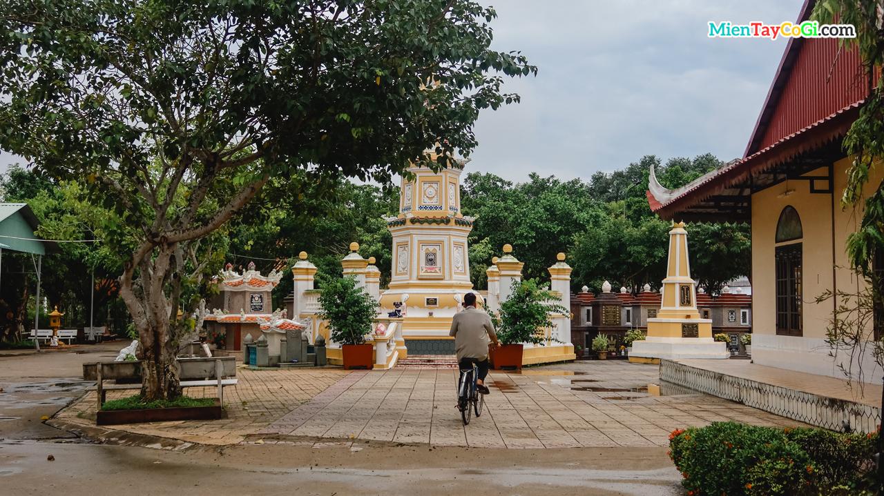 Khu tháp mộ nằm ngay giữa khuôn viên chùa Long Quang