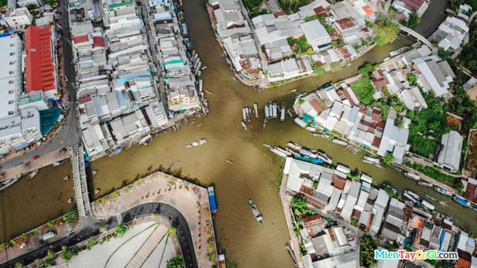 Khung cảnh ghe thuyền neo đậu ở sông Ngã Năm