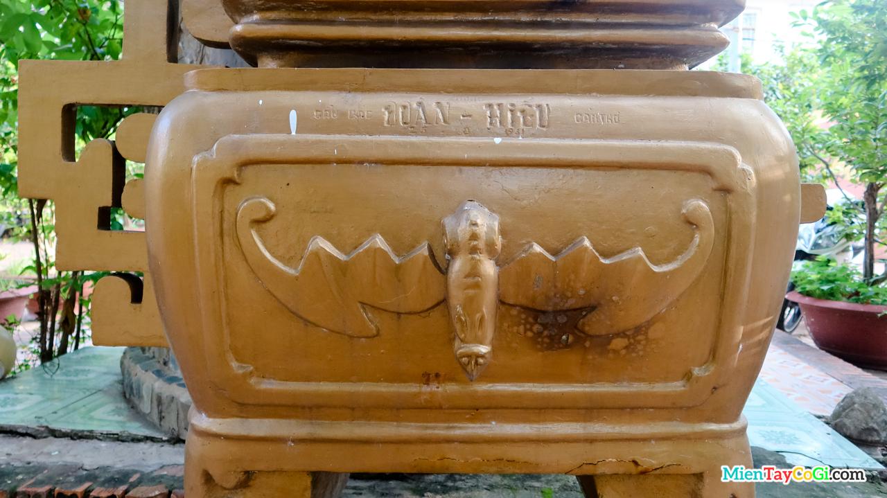 Lư hương khắc hình tượng dơi ở chùa