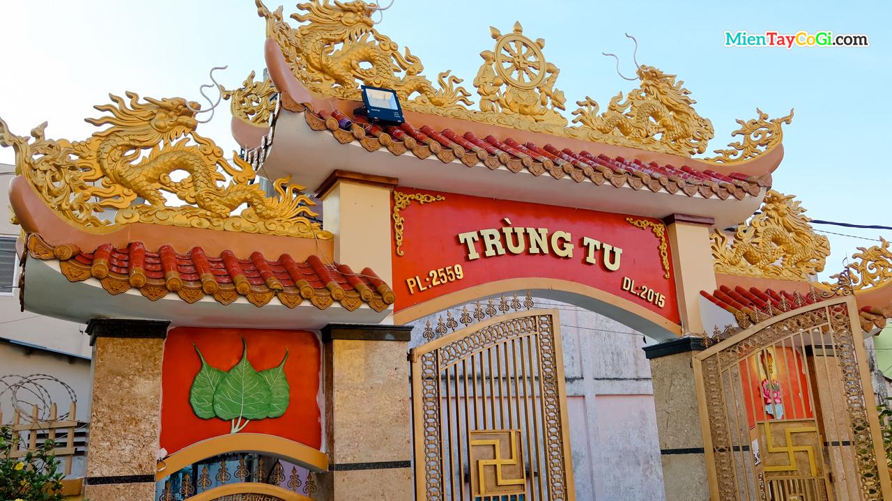 Mặt sau cổng tam quan chùa Bửu Pháp ghi lại năm trùng tu gần nhất