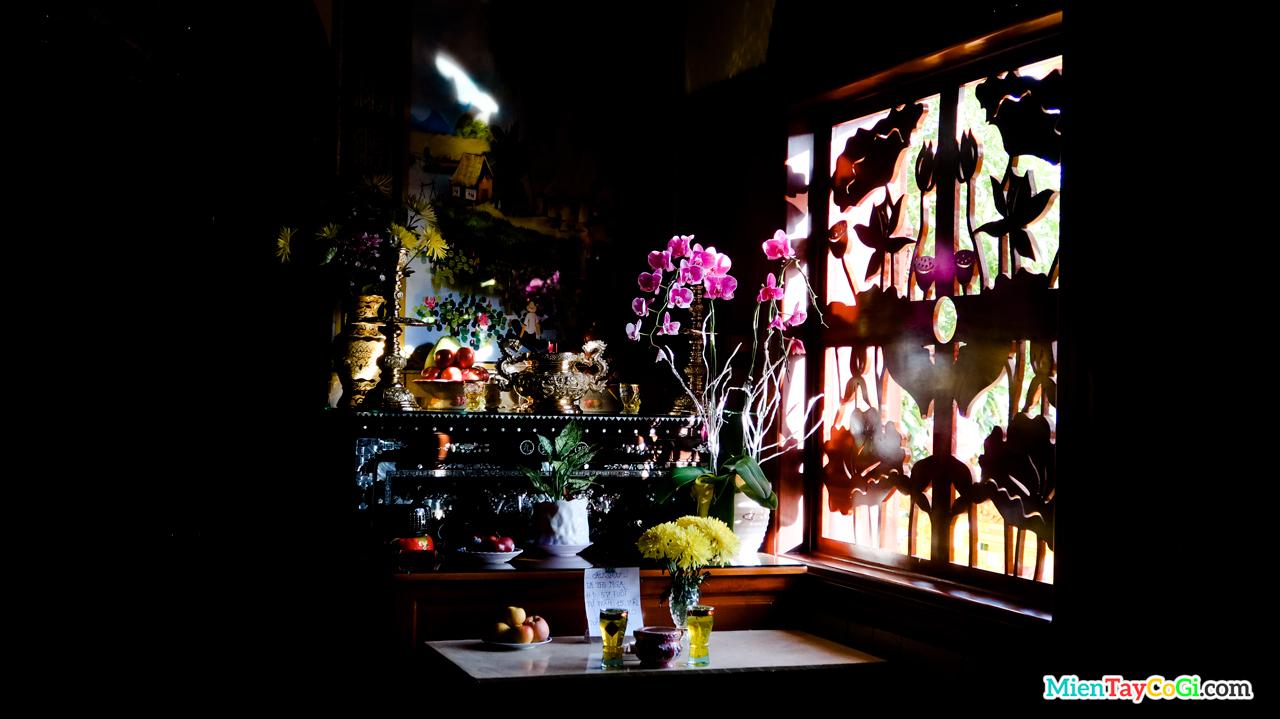 Một bàn thờ trong chùa Bửu Pháp