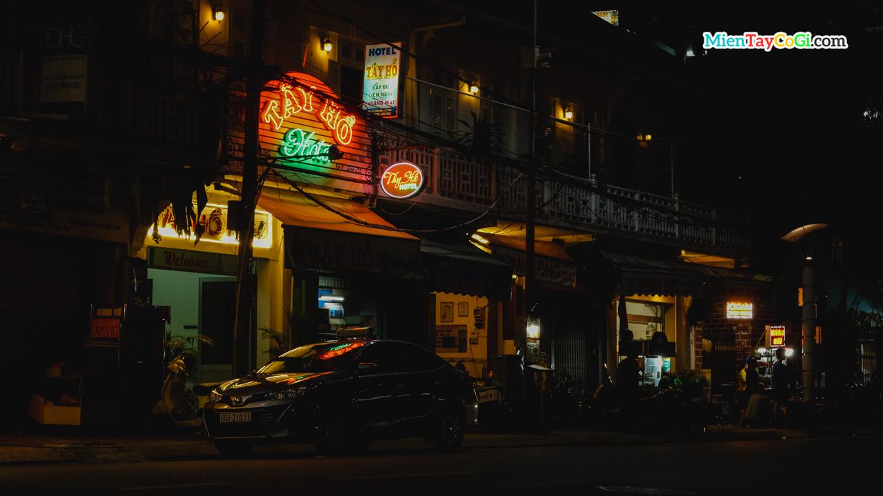 Một góc bến Ninh Kiều về đêm nhìn ra Tây Hồ hotel
