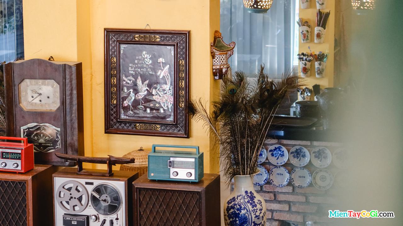 Một góc trưng bày cổ vật ở cà phê Cổ Ngoạn Cần Thơ