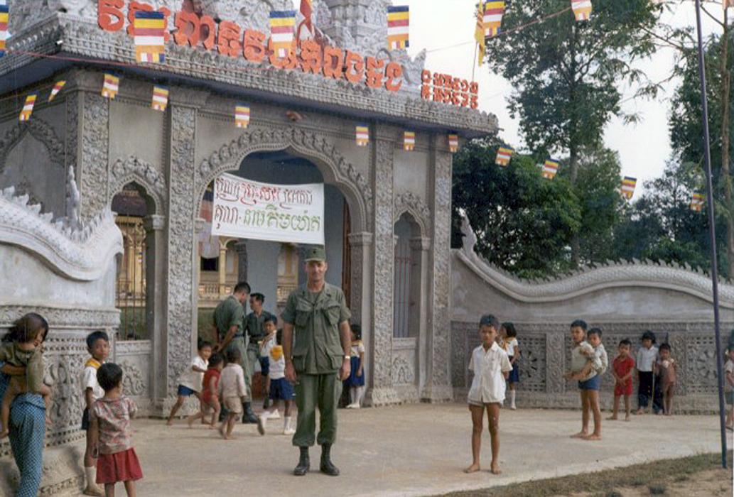 Một người lính Mỹ chụp hình trước 1 chùa Khmer ở Trà Vinh