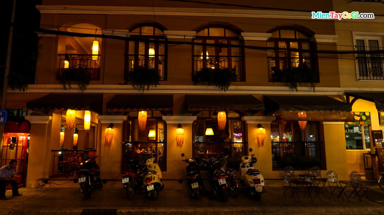 Một nhà hàng ở bến Ninh Kiều buổi tối