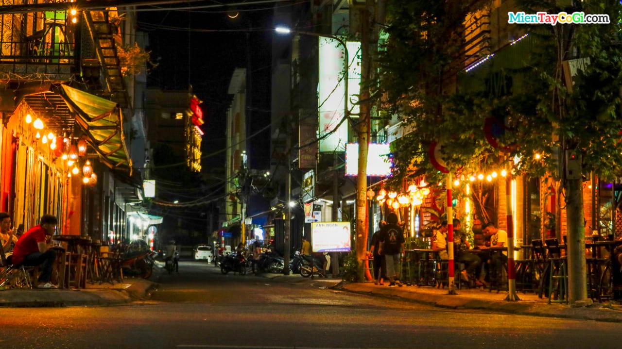 Một quán bar nhỏ ở bến Ninh Kiều về đêm