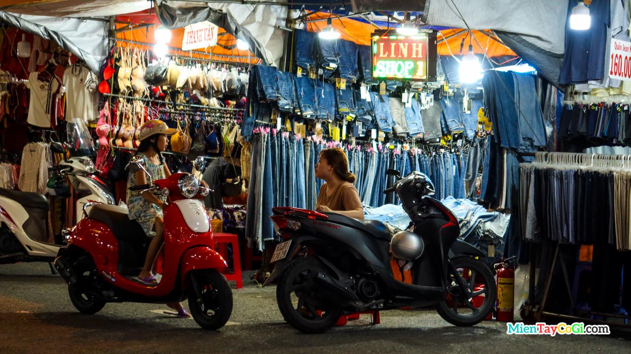 Mua bán ở chợ đêm bến Ninh Kiều
