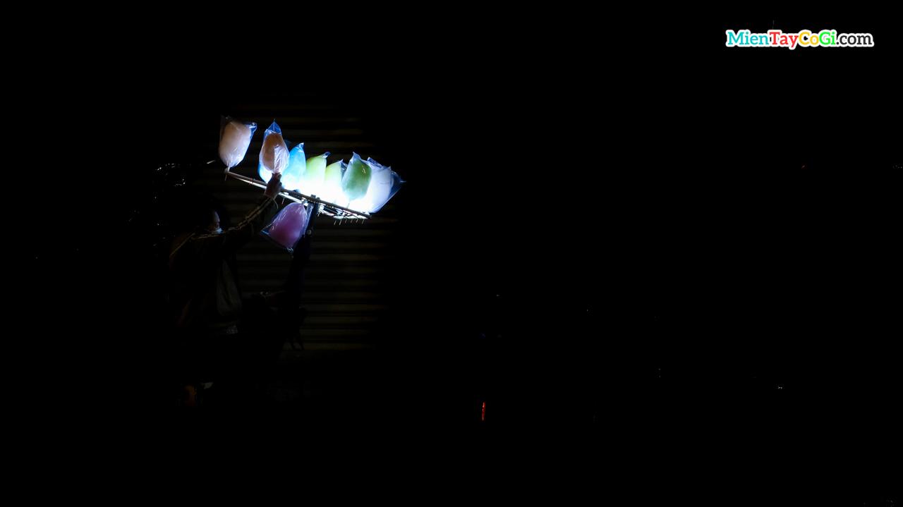 Người bán kẹo bông gòn trong đêm tối