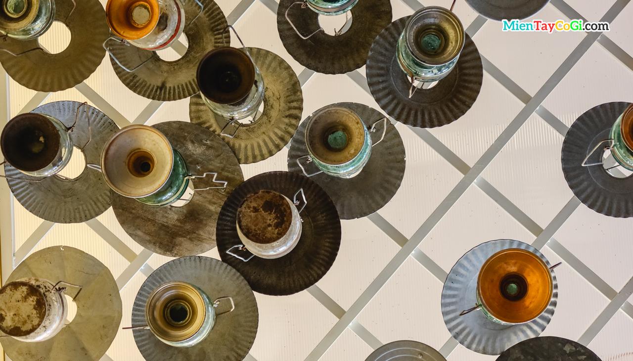 Nhiều đèn dầu xưa được treo trên trần cầu thang