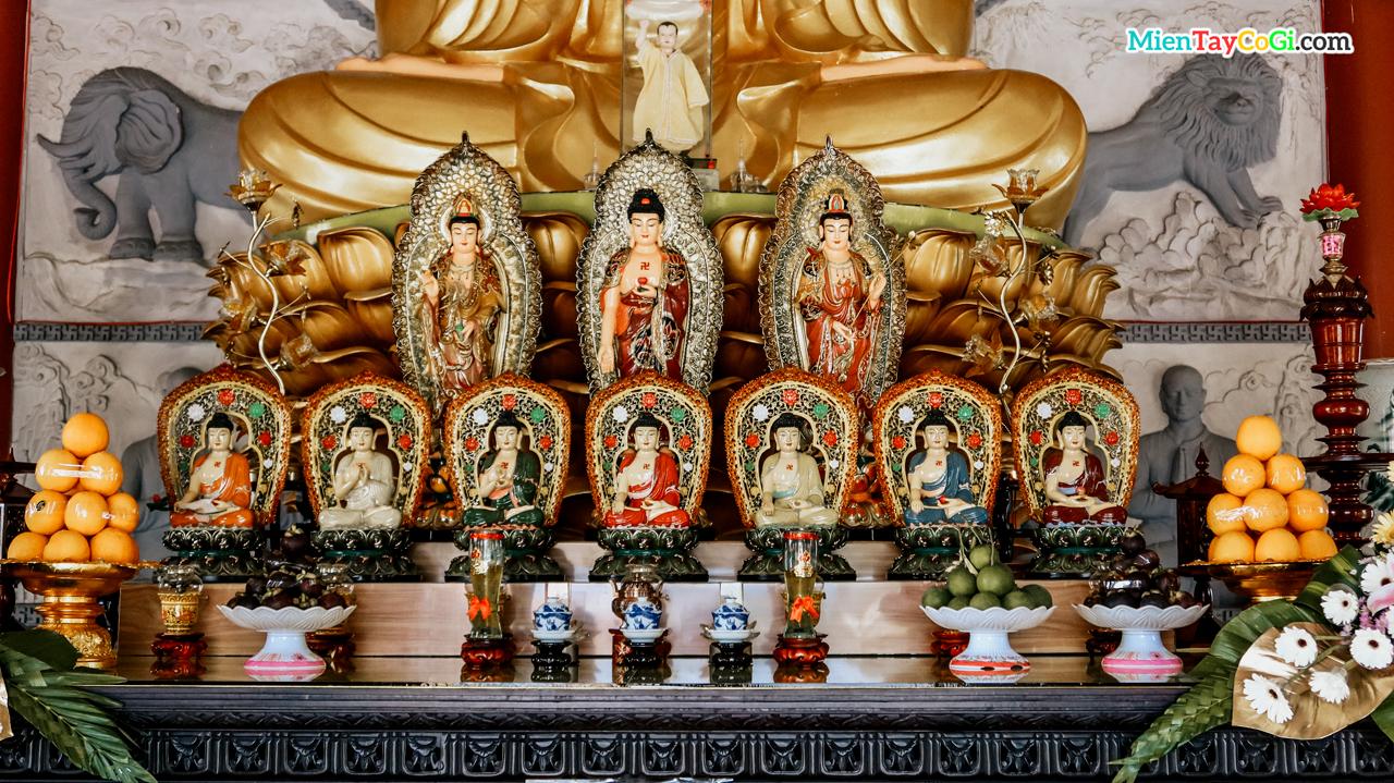 Nhiều tượng Phật nhỏ bên dưới tượng A Di Đà