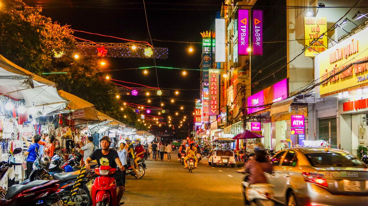 Nhộn nhịp chợ đêm bến Ninh Kiều