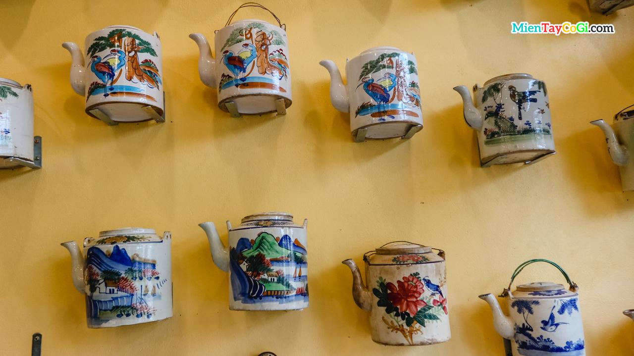 Những bình trà đính trên tường quán cà phê